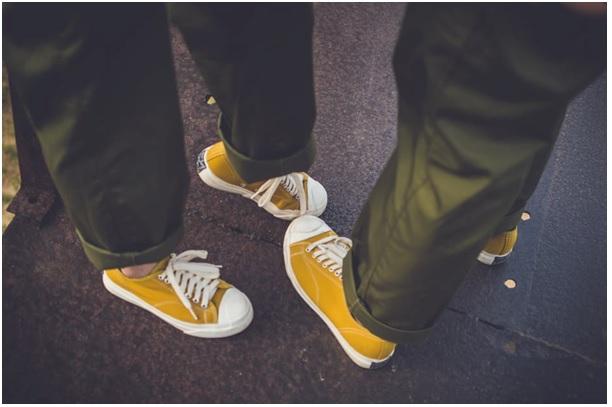 Żółte buty na weselu