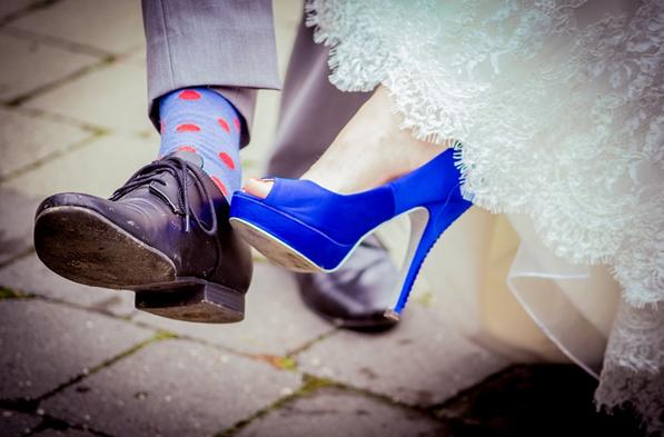 Najczęściej na ślubnych parkietach króluje kolor czerwony lub różowy. Kobiety tak chętnie wybierają buty w tym właśnie kolorze ponieważ idealnie pasuje do najpopularniejszych weselnych kwiatów czyli róż. Krwisto czerwone róże i buty w tym samym odcieniu idealnie kontrastują z bielą sukni. Często dodatkiem jest tutaj muszka lub krawat dla Pana Młodego w tym samym odcieniu. Całość sprawia niesamowicie oryginalny efekt.
